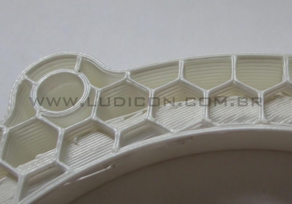 Closeup da estrutura interna de um objeto impresso em 3D pela tecnologia FDM